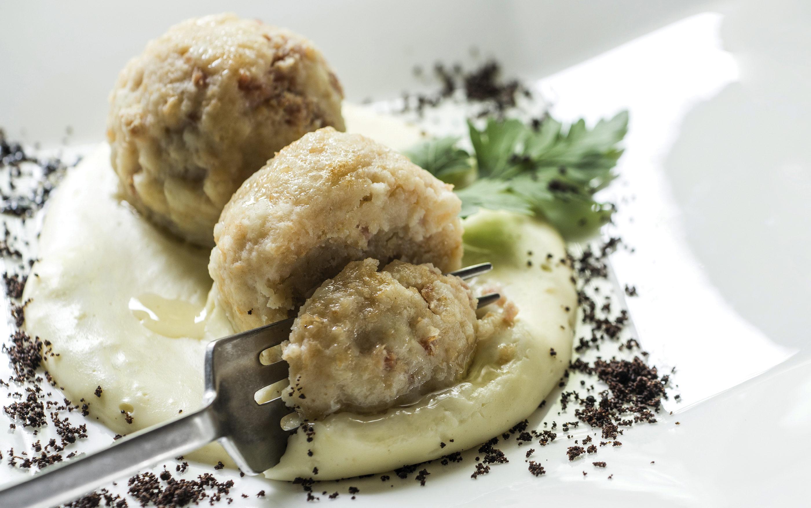 """Canederli Alla Trentina Con Carne Salada Abbinato Allo Chardonnay Athesim Flumen (Libro """"Cucina & Magia"""")"""