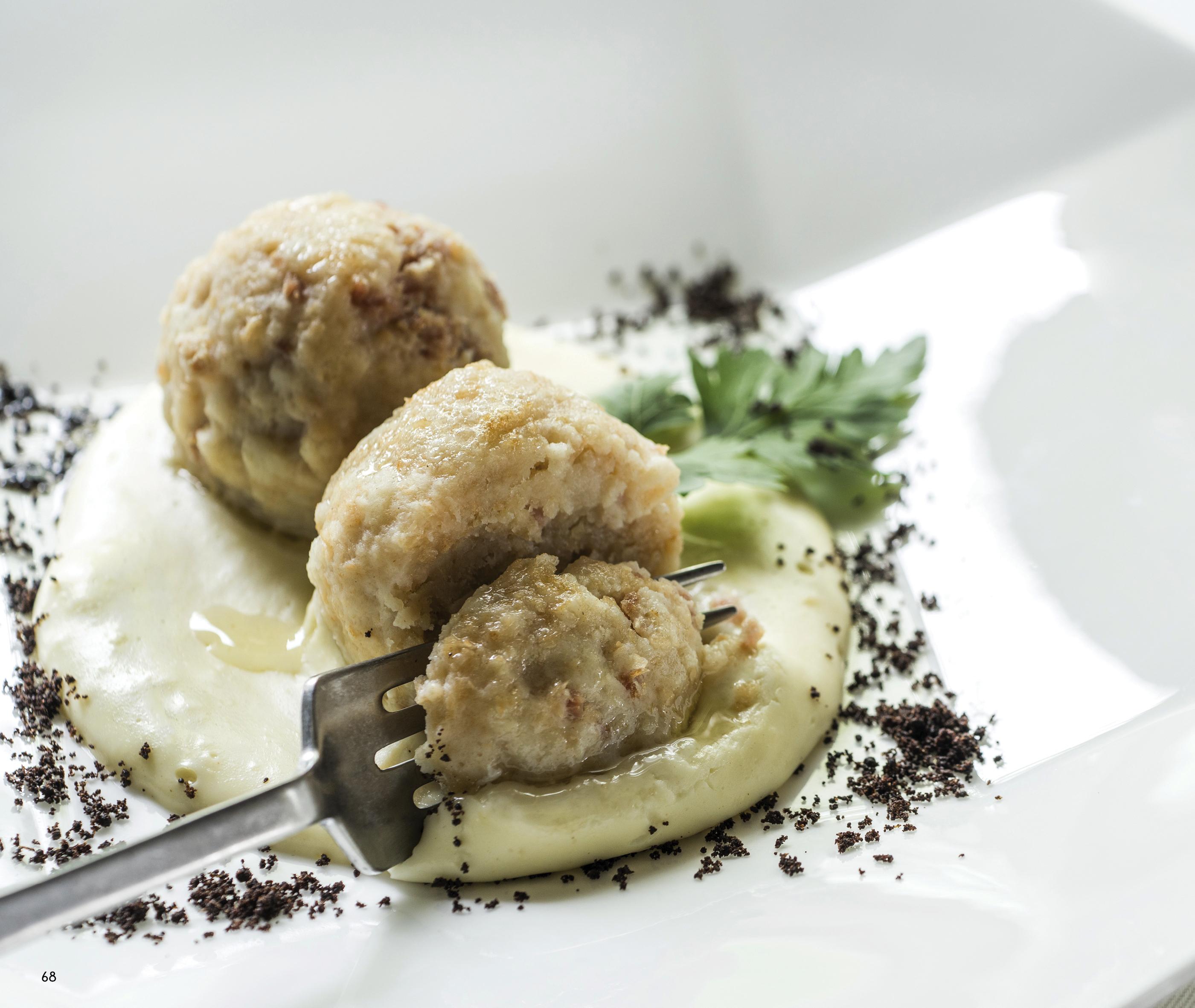 """Trentiner Knödel Mit Salzfleisch Kombiniert Mit Chardonnay Athesim Flumen (Buch """"Cucina & Magia"""")"""